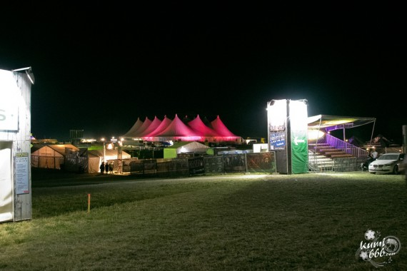 18_view-to-the-tent-and-entrance-to-the-vip-area
